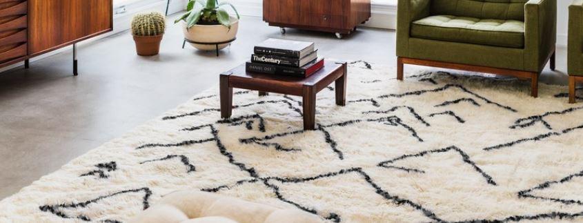 Magnifique tapis marocain, avec une combinaison de motifs tribales, ajoute de la vie à un salon autrement neutre.