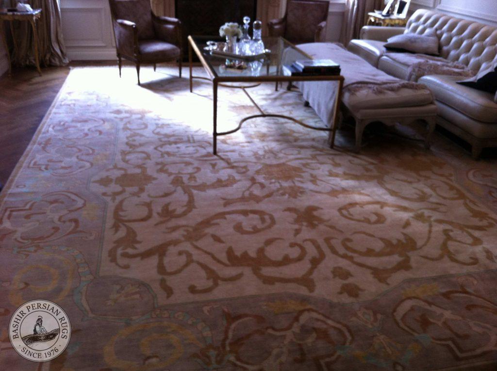 Merveilleux tapis de style français, ausssi connu sous le nom de tapis Aubusson, ajoutant de la sophistication et de laclasse à ce salon.