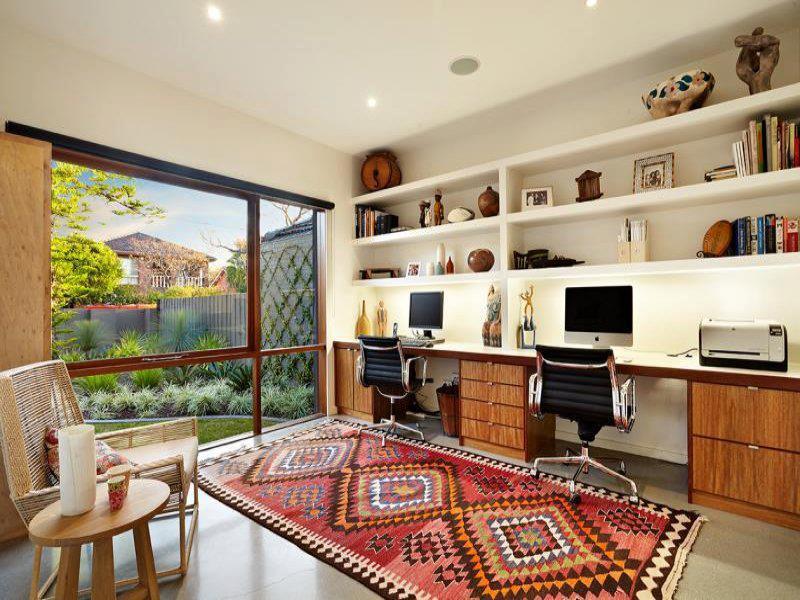 Un tapis intérieur avec une palette de couleurs chaudes peut ajouter du confort dans votre bureau à domicile.